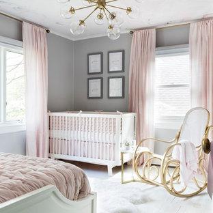 Diseño de dormitorio infantil de 1 a 3 años, tradicional renovado, pequeño, con paredes grises, suelo de madera pintada y suelo blanco