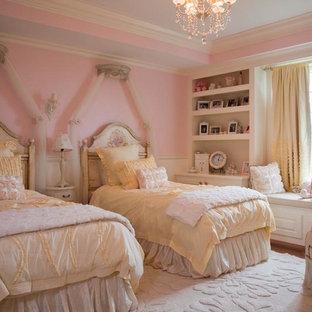 Inredning av ett klassiskt mycket stort barnrum kombinerat med sovrum, med ljust trägolv