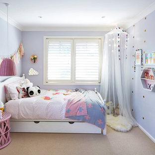 Inspiration för klassiska flickrum kombinerat med sovrum och för 4-10-åringar, med lila väggar och heltäckningsmatta