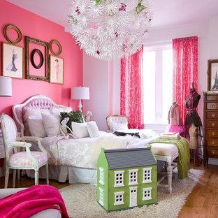 Aménagement d'une chambre d'enfant de 4 à 10 ans romantique avec un sol en bois brun et un mur multicolore.
