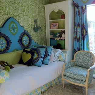 Ispirazione per una cameretta per bambini bohémian con moquette e pareti multicolore