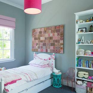 Idéer för att renovera ett litet vintage flickrum kombinerat med sovrum och för 4-10-åringar, med grå väggar och heltäckningsmatta