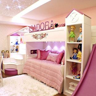 Inspiration för ett mellanstort eklektiskt flickrum kombinerat med sovrum och för 4-10-åringar, med rosa väggar och vinylgolv