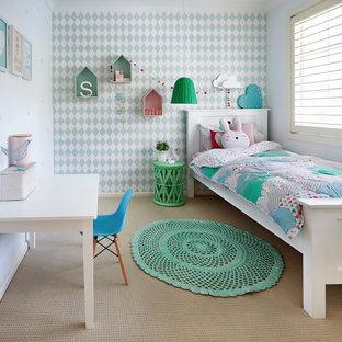 Idéer för vintage flickrum kombinerat med sovrum och för 4-10-åringar, med heltäckningsmatta och flerfärgade väggar