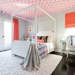 Diseño de dormitorio infantil clásico renovado, grande, con paredes grises y suelo de madera oscura