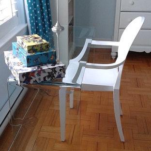 Esempio di una cameretta per bambini boho chic di medie dimensioni con pareti blu e parquet chiaro
