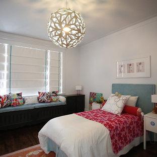 Inredning av ett modernt stort flickrum kombinerat med sovrum och för 4-10-åringar, med vita väggar och mellanmörkt trägolv
