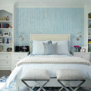 Esempio di una grande cameretta per bambini chic con pareti blu e parquet scuro