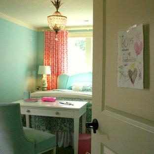 Exempel på ett klassiskt flickrum kombinerat med skrivbord och för 4-10-åringar, med blå väggar och heltäckningsmatta