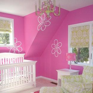 Inredning av ett modernt litet flickrum kombinerat med sovrum, med flerfärgade väggar och heltäckningsmatta