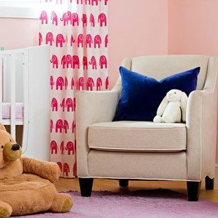 Esempio di una cameretta per bambini boho chic di medie dimensioni con pareti rosa, parquet chiaro e pavimento viola