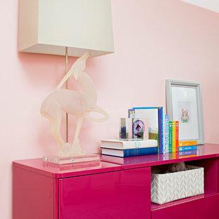 Idee per una cameretta per bambini boho chic di medie dimensioni con pareti rosa, parquet chiaro e pavimento viola