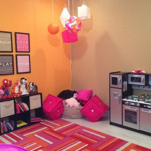 Ispirazione per una cameretta per bambini da 1 a 3 anni contemporanea di medie dimensioni con parquet chiaro e pareti multicolore