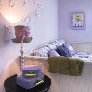 Стильный дизайн: детская среднего размера в стиле фьюжн с спальным местом и фиолетовыми стенами для ребенка от 4 до 10 лет, девочки - последний тренд