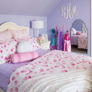 Inredning av ett klassiskt mellanstort flickrum kombinerat med sovrum och för 4-10-åringar, med lila väggar och heltäckningsmatta