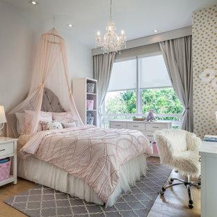 Идея дизайна: детская среднего размера в современном стиле с полом из фанеры, спальным местом и разноцветными стенами для девочки