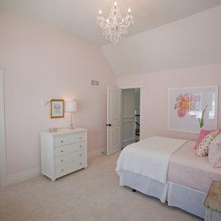 シカゴの中くらいのシャビーシック調のおしゃれな子供部屋 (ピンクの壁、カーペット敷き、児童向け、ベージュの床) の写真
