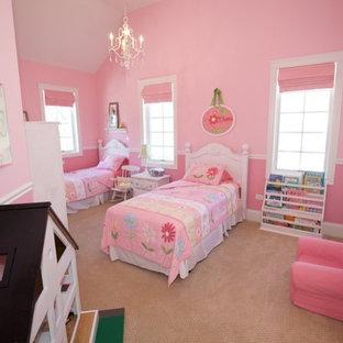 Foto di una grande cameretta per bambini da 4 a 10 anni country con pareti rosa, moquette e pavimento beige