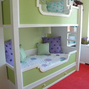 Foto på ett litet tropiskt flickrum kombinerat med skrivbord och för 4-10-åringar, med gröna väggar och heltäckningsmatta