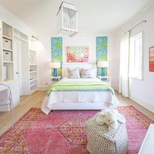 Modelo de dormitorio infantil clásico renovado con paredes blancas y suelo de madera clara