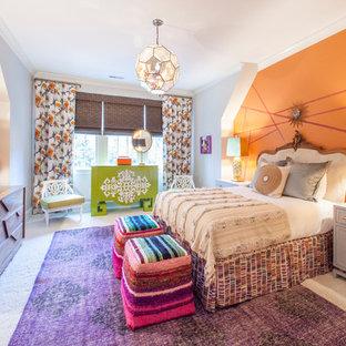 Idée de décoration pour une chambre d'enfant bohème avec moquette et un mur orange.