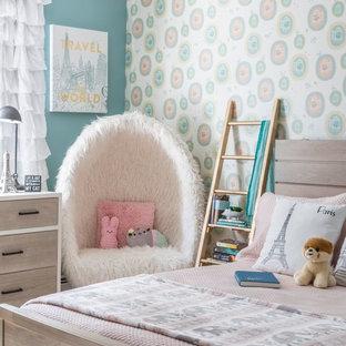 Klassisches Kinderzimmer mit Schlafplatz und bunten Wänden in New York