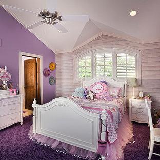 Esempio di una cameretta per bambini da 4 a 10 anni chic di medie dimensioni con pareti viola e moquette