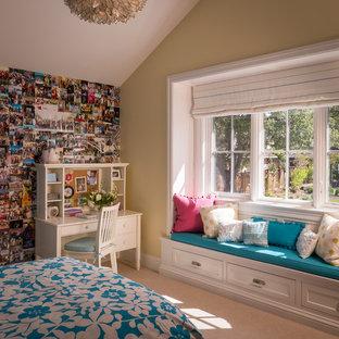 Idee per una grande cameretta per bambini classica con pareti beige e moquette