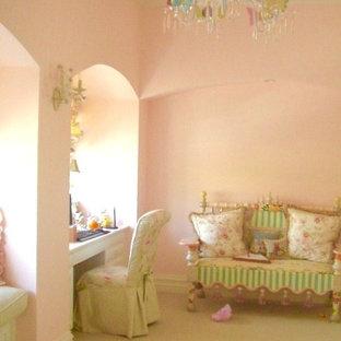 Ispirazione per una cameretta per bambini da 4 a 10 anni mediterranea di medie dimensioni con pareti rosa e moquette