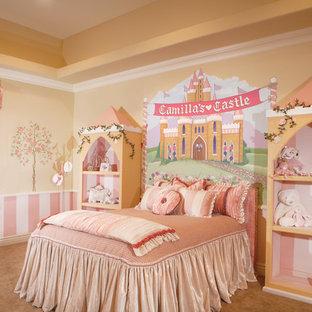 Exempel på ett mellanstort klassiskt flickrum kombinerat med sovrum och för 4-10-åringar, med beige väggar och heltäckningsmatta