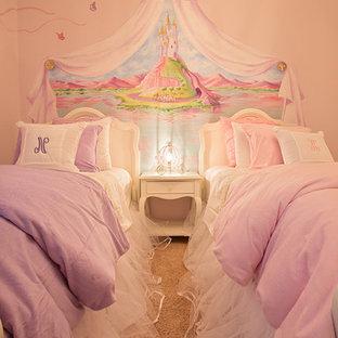 Inredning av ett klassiskt mellanstort flickrum kombinerat med sovrum och för 4-10-åringar, med rosa väggar, heltäckningsmatta och beiget golv