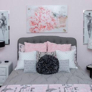 Kleines Shabby Style Kinderzimmer Mit Schlafplatz, Rosa Wandfarbe,  Teppichboden Und Grauem Boden In