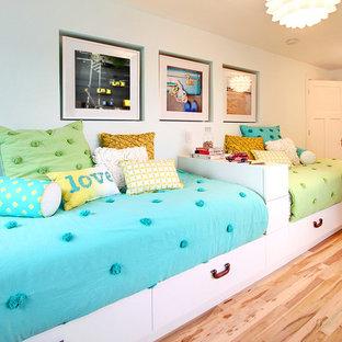 Cette image montre une chambre d'enfant design avec un mur blanc et un sol en bois clair.