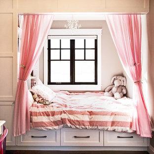 Esempio di una cameretta per bambini da 4 a 10 anni american style di medie dimensioni con pavimento in legno massello medio e pareti grigie