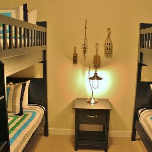 Immagine di una cameretta per bambini da 4 a 10 anni costiera con pareti beige e moquette
