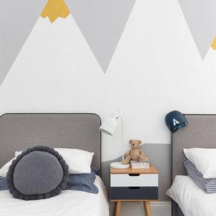 Modelo de dormitorio infantil de 4 a 10 años, contemporáneo, grande, con paredes blancas, suelo de madera pintada y suelo negro