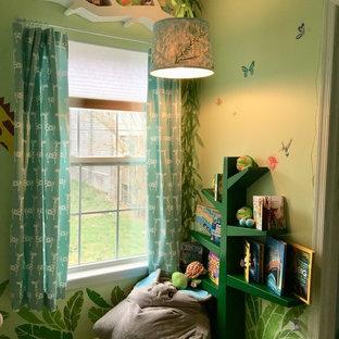 Ispirazione per una piccola cameretta per bambini da 1 a 3 anni boho chic con pareti verdi, moquette e pavimento verde