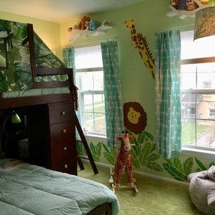 Idées déco pour une petit chambre d'enfant de 1 à 3 ans éclectique avec un mur vert, moquette et un sol vert.