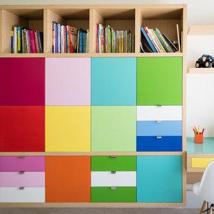 Immagine di una grande cameretta per bambini design con pareti bianche