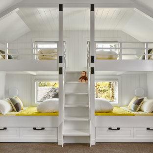 Cette photo montre une chambre d'enfant de 4 à 10 ans montagne de taille moyenne avec un mur blanc, moquette et un sol gris.