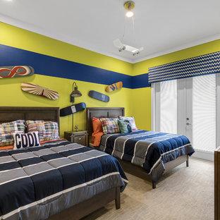 Modernes Kinderzimmer mit Schlafplatz, grüner Wandfarbe, Teppichboden und grauem Boden in Orlando