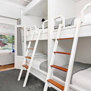 Inspiration för ett lantligt könsneutralt barnrum, med vita väggar, heltäckningsmatta och grått golv