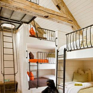 Foto de dormitorio infantil rústico con paredes blancas y suelo de madera clara