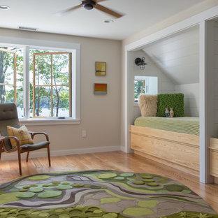 Diseño de dormitorio infantil de 4 a 10 años, clásico renovado, de tamaño medio, con paredes beige, suelo de madera clara y suelo marrón