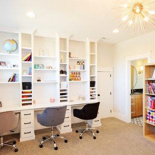 Neutrales Klassisches Kinderzimmer mit Arbeitsecke, beiger Wandfarbe, Teppichboden und braunem Boden in Sonstige