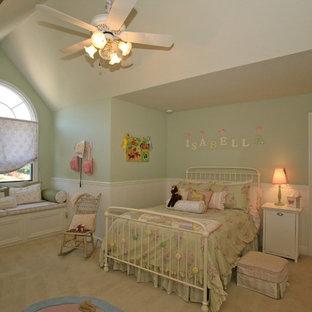 Ispirazione per una cameretta per bambini da 4 a 10 anni chic di medie dimensioni con pareti verdi, moquette e pavimento beige