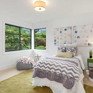Ejemplo de dormitorio infantil clásico renovado, de tamaño medio, con paredes blancas, moqueta y suelo beige