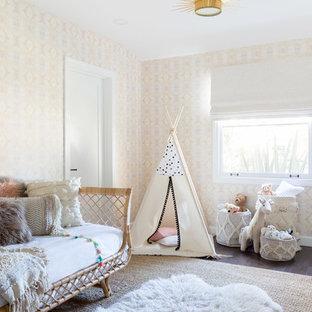 Idee per una cameretta per bambini da 1 a 3 anni stile marino con pareti beige e parquet scuro