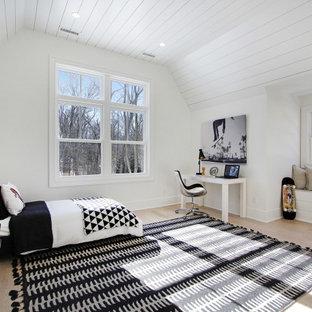 Foto de dormitorio infantil machihembrado, contemporáneo, de tamaño medio, con paredes blancas, suelo de madera clara y suelo beige