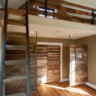 Modelo de habitación infantil unisex contemporánea con paredes marrones y suelo de madera en tonos medios